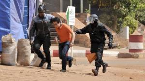 Un otage évacué de l'hôtel Radisson Blu par les forces de sécurité maliennes, à Bamako, le 20 novembre 2015.