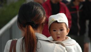 Bébé chinois avec sa mère.