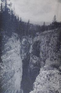 1915-photographie d'un site exceptionnel des Montagnes Rocheuses au Canada.Je ne pouvais pas laisser cette remarquable photo de la nature sauvage de cette époque ,au Canada.