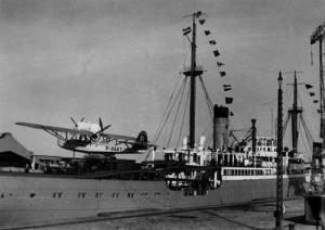 Le porte-avions Neue Schwabenland ,lors de sa mise au point pour l'expédition de 1938-39. Le crash ovni de Friberg est lié à ceci aussi.Les annunaki avaient fait alliance avec  l'Allemagne.