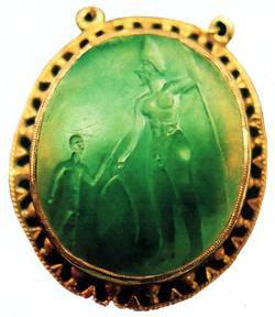 un pendentif vieux de 4500 ans environ montrant un géant. Les proportions de ce géant rappellent exactement celles des Dieux sumériens tout comme la configuration de son crâne. Ce pendentif a été offert par un archéologue à une de ses parentes, en Turquie en 1920.