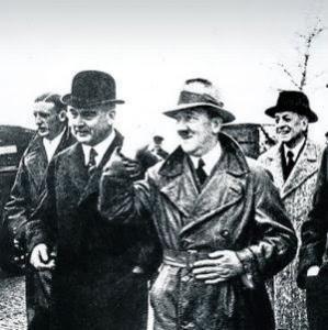 Prescott Bush,le grand-père de Georges W. Bush,avec Adolph Hitler et Fritz Thyssen ,un banquier américain d'origine allemande...en visitee au camp de travail d'Auswischt-Birkenau en 1933. Pour planifier le travail?