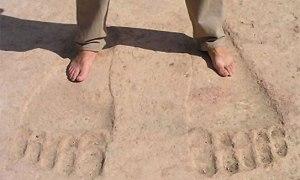 A Dara en Syrie,on a découvert ces empreintes géantes qui auraient supporté un géant de plus de 20 mètres.