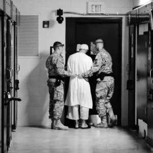 Les détenus fantômes de Guantanamo   En 2011, WikiLeaks fournissait aux médias des dossiers relatifs à plus de 700 personnes détenues de manière anonyme entre les murs de la prison de Guantanamo depuis 2002. Des centaines d'entre elles avaient été emprisonnées sur la base de renseignements peu fiables ou d'aveux extorqués sous la torture.