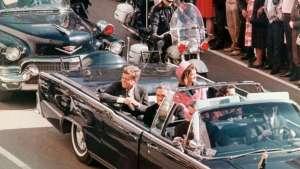 L'assassinat de John Kennedy, à Dallas en 1963, a fait couler beaucoup d'encre et généré de nombreuses théories du complot. L'ensemble des dossiers de cette commission devait rester secret pour une période de 75 ans (soit, jusqu'en 2039), mais la plupart ont depuis été rendus publics. Plusieurs données, restées secrètes au moment du drame, remettent en question la thèse officielle de la commission.