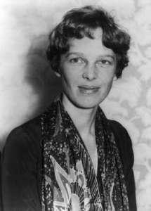 Amelia Earhart fut la première femme à traverser l'Atlantique en avion en 1928. Elle disparut en tentant d'établir un nouveau record en 1937. Elle et son navigateur ne rejoignirent jamais leur point de ravitaillement sur l'île Howland, dans le Pacifique, ce qui laisse présager qu'ils ont manqué d'essence et sombré au fond de l'océan. Mais les rumeurs veulent qu'elle se déposât en catastrophe sur une petite île ou qu'elle fût capturée par l'armée japonaise.