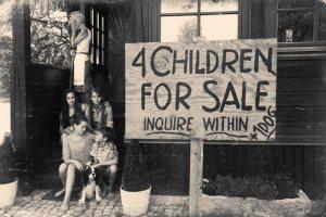 """Jeunes enfants à vendre: Les temps étaient si difficiles, (ou les enfants étaient trop difficiles à manipuler) cette mère de Chicago cache son visage des caméras pendant que sa pancarte envoie le message """"4 enfants à vendre"""" dans sa cour avant.L'adoption aurait pu être une meilleure idée."""