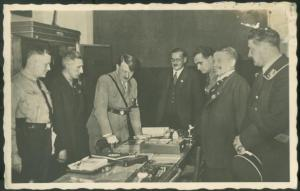 Adolph Hitler à une ouverture de seesion du Parti nazi.Il est ici entouré de hauts dignitaires du parti.