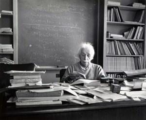 Le Bureau d'un génie: la théorie de la relativité d'Einstein fera de lui un génie scientifique l'un des physiciens les plus influents de notre temps . Ceci est une photographie de son bureau au New Jersey qui a été prise le jour de sa mort, le 15 Avril 1955.