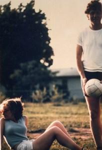 Avant la Maison Blanche: Le dynamique duo de la politique politique américaine, Bill et Hillary Clinton sont photographiés alors qu'ils jouent au volleyball sur leur pelouse de l'université en 1975. Il semble que Hillary rêve de plus grandes et meilleures choses ... la pelouse de la Maison Blanche, peut-être?