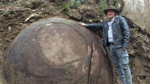 Le célèbre archéo;ogue devant sa dernière grande découverte.