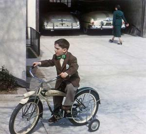 En 1950,ce jeune homme bien habille chevauche une bicyclette Schwinn,l'icône des vélos vintage.
