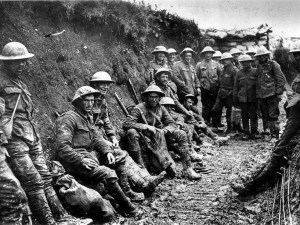 Première Guerre Mondiale:Sur cette photo, des hommes du Royal Irish Rifles dans une tranchée. First World War : Royal Irish Rifles in a communication trench on the first day of the Battle of the Somme, l July 1916