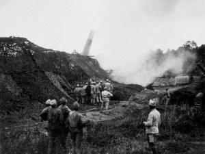 Tir de canon de 400 mm. Après l'échec de l'offensive initiale, la bataille s'enlise. Bataille de la Somme (01/07/1916 - 18/11/1916). Tir de canon de 400mm. FRANCE - Premiere Guerre Mondiale (1914-1918)