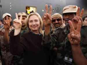 Hillary Clinton...Cette photo d'elle entourée de mercenaires djihadistes au lendemain du renversement de Kadhafi,en Libye,nous fait méfier d'elle.