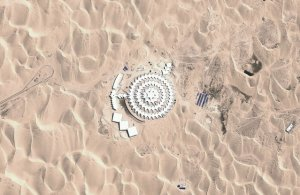 Les dunes du désert de Xiangshawan en Mongolie constituent certainement un no man's land aride, mais il s'est transformé en attraction touristique après la construction de l'hôtel Desert Lotus. Vue du ciel, on dirait bien un lotus.