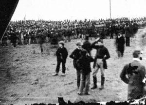 La photo de Basiago est censée avoir été prise lors du discours de Gettysburg donné par Abraham Lincoln le 19 novembre 1863. Bisiago a déclaré qu'il était le garçon debout au centre gauche qui regarde vers sa droite. Il affirme avoir perdu ses chaussures en traversant «?une faille temporelle quantique?» depuis le New Jersey de 1978 jusqu'au Gettysburg de 1863 en Pennsylvanie…