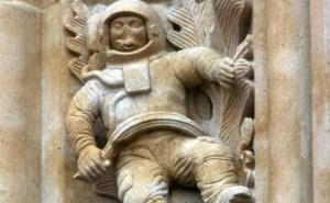 Cette photo nous montre un astronaute sculpté sur l'un des piliers de la cathédrale de Salamanque en Espagne. Il aura fallu près de deux siècles (1600-1800) pour construire cette église. Mais alors, pourquoi ont-ils taillé dans la pierre une telle sculpture?? Qu'est-ce que cela peut bien représenter, sinon un astronaute??