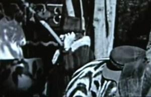 Dans des séquences tournées en coulisse sur le film de Charlie Chaplin Le Cirque, une dame de grande taille, habillée de noir avec un chapeau dissimulant en grande partie son visage, tient à son oreille quelque chose qu'on pourrait confondre avec un téléphone portable. Et son attitude mystérieuse n'évoque en nous qu'une seule chose : exploratrice temporelle.