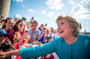 Une référence à l'oléoduc Keystone XL a été retirée des mémoires de Hillary Clinton pour des raisons politiques, selon la dernière série de courriels volés, publiée jeudi par WikiLeaks. Alors qu'elle écrivait le livre «Hard Choices» («Le temps des décisions»), Hillary Clinton avait inclus une référence à l'oléoduc à la suggestion de sa fille, Chelsea, selon un courriel apparemment envoyé en 2014 au président actuel de sa campagne, John Podesta. La note, signée par le rédacteur de discours de Mme Clinton Dan Schwerin, précisait que la politicienne avait décidé d'écrire sur Keystone parce que sa fille croyait que ce serait une omission évidente et qu'elle aurait l'air de vouloir éviter le sujet.