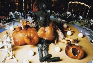 Cette décoration de table est des plus sordides. On y voit une poupée d'enfant démembrée ainsi qu'une tête de poupée enfantine avec un trou au niveau frontal, comme pour signifier un traumatisme ou des sévices.