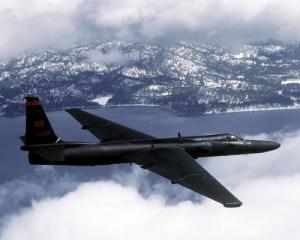 L'armée de l'air américaine a disposé dans sa flotte du Lockheed U-2 «?Dragon Lady?» pendant plus de 50 ans. Le U-2 est un appareil-espion possédant un moteur unique et qui se pilote avec une seule personne à son bord. Il est capable de s'élever à plus de 70?000 pieds et peut voler sans encombre dans presque toutes les conditions météorologiques. Pour éviter les accidents de décompression, le pilote devait respirer de l'oxygène pur pendant une heure afin d'éliminer le nitrogène de son corps une heure avant le décollage.