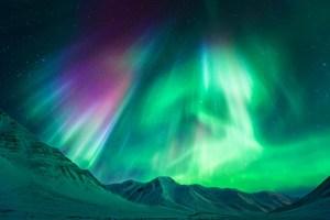 Les rayons cosmiques sont le même phénomène qui causent les aurores boréales