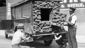 En 1926,ce camion qui vient de se faire arrêter ,avait été modifié pour le transport d'alcool.