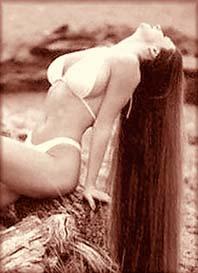 Photo d'époque de Vera,en transes,une voyante au service de Maria Orsic et de la Société du Vril.Vous noterez la longueur des cheveux qui d'après l'enseignement de Maria,permettrait plus facilement les contacts télépathiques.