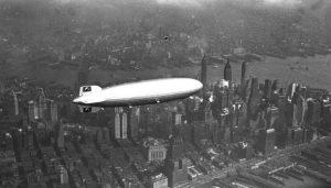 Photo du  zeppelin Hindenburg,au dessus du New Jersey,un an avant le désastre.