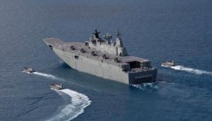 HMAS Canberra Le navire de guerre a un système de radar et d'armes sophistiquées. Il possède un système anti-missile supérieure qui peut dévier des missiles. 18 hélicoptères peuvent atterrir sur ce navire.