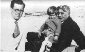 grand-père paternel de JFK, Patrick Kennedy, est né en Irlande en 1823 lorsque la famille Kennedy étaient simplement agriculteurs. Il était Patrick qui a décidé de déraciner la famille en Amérique. Il est arrivé à Boston avec sa famille en 1849, mais est mort tragiquement à 10 ans plus tard, le 22 Novembre, du choléra à l'âge de 35 ans exactement 105 années plus tard, son petit-fils, John F. Kennedy a été assassiné.