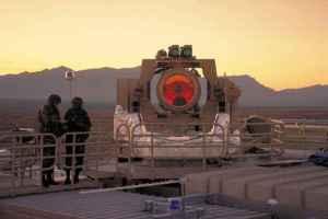projet THEL Le programme tactique High Energy Laser (THEL) a couru entre 1996 et 2005, selon Northrop Grumman . THEL a été créé comme un projet conjoint entre les Etats-Unis et Israël. Au cours de cette décennie de développement, le système basé sur le sol détruit tours 46 de mortier, de roquettes et de l' artillerie - qui ont tous été aéroporté. Bien que le programme est plus actif, Northrop Grumman affirme que la technologie est maintenant en cours de reconstruction pour l'Etat Testbed Laser solide expérience de l'armée américaine qui, comme THEL, aura lieu à White Sands Missile Range au Nouveau-Mexique.