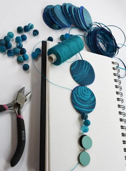 collier-cuir-imprimé-bleu-mutlticolore-design-michèle-forest