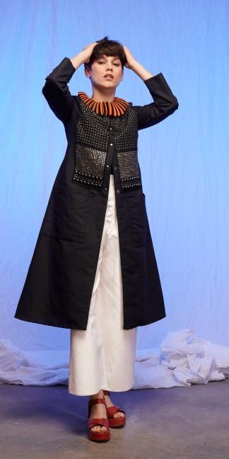 mantean femme en lin noir brodé de métal