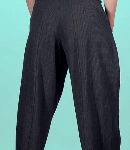 Pantalon taille haute entièrement réalisé à l'atelier dans un tissu coton avec élasthanne à rayure bleu et blanc ou toile de coton bleu indigo ou toile turquoise issus de rebuts de la haute couture. 2 grandes poches sur le devant, 2 pinces sur le genou, une devant, une derrière fermeture à glissière sur le coté avec bouton de métal.