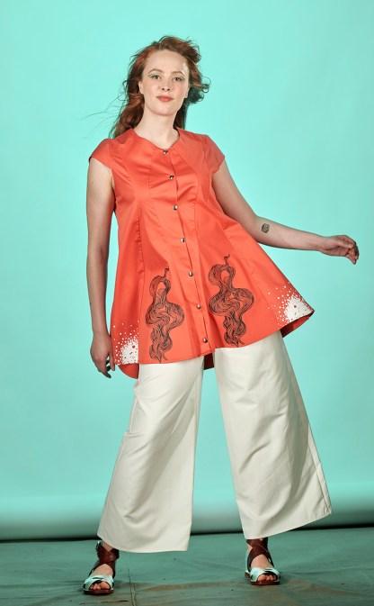 Tunique corail entièrement réalisée à l'atelier dans un tissu coton et élasthanne issu de rebuts de la haute couture.. Les motifs sont imprimés en sérigraphie artisanale. 2 poches su les cotés, boutons pressions taille 1 : peut-être réalisée dans d'autres couleurs ou d'autres tailles.