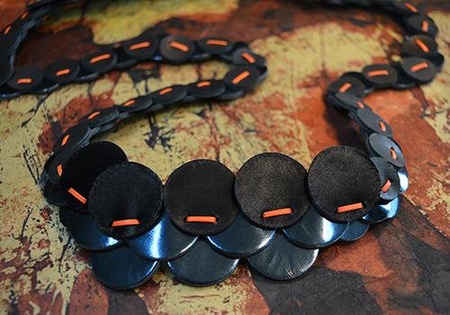 collier-cuir-noir-michèle-forest