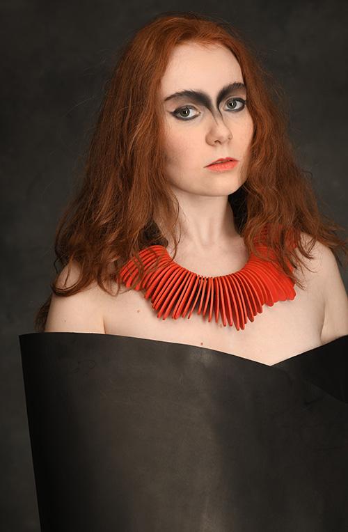orange-noir-collier-cuir-design-michèle-forest