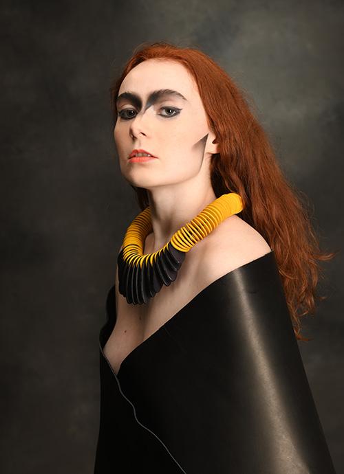 jaune-noir-collier-cuir-design-michèle-forest