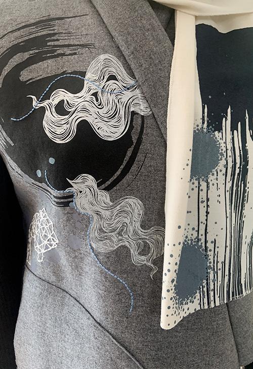 veste-grise-motif-sérigraphie-broderie-main-michele-forest