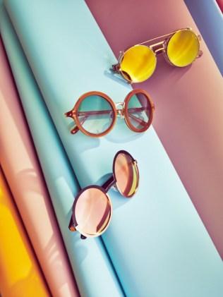 reflective-sunglasses-on-pastel-backdrop-600x801