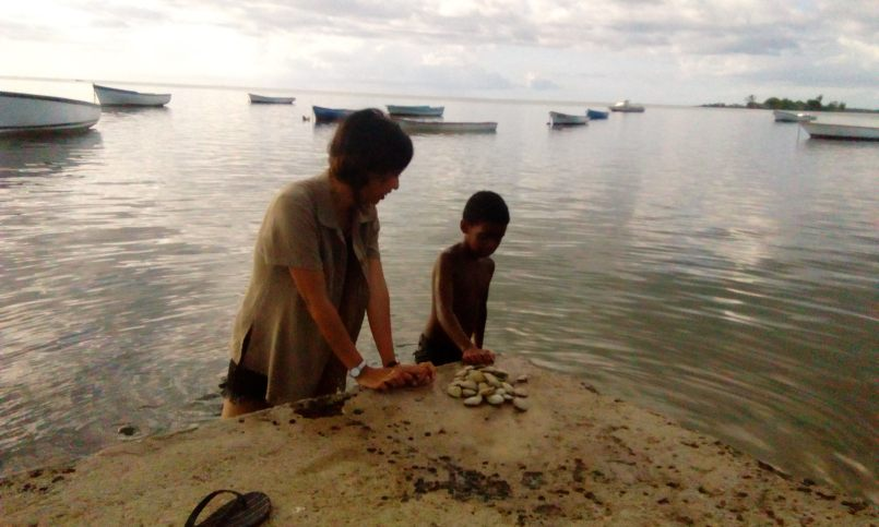 ... ramassent leur souper au fond de l'eau