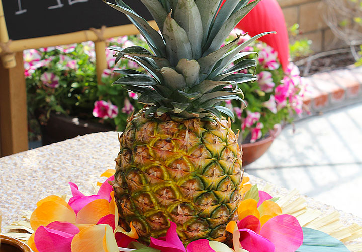 Easy Pineapple Luau Centerpiece