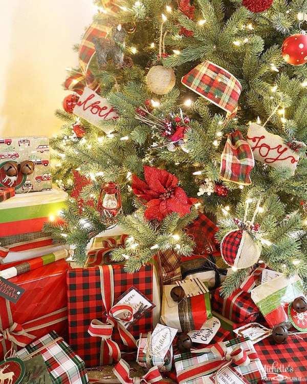 plaid christmas tree and wrapping