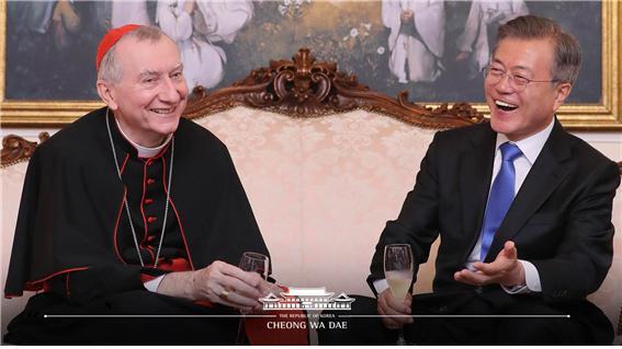 ▲17일, 교황청 피에트로 파롤린 국무원장(왼쪽)과 만찬을 함께한 문재인 대통령(오른쪽). ©청와대