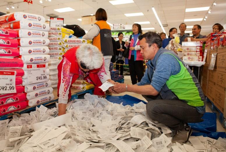 5월 19일 트로이 Hmart에서 열린 고객사은 경품행사에서 한 자원봉사자가 7만여장의 영수증 가운데 당첨자를 뽑고 있다.