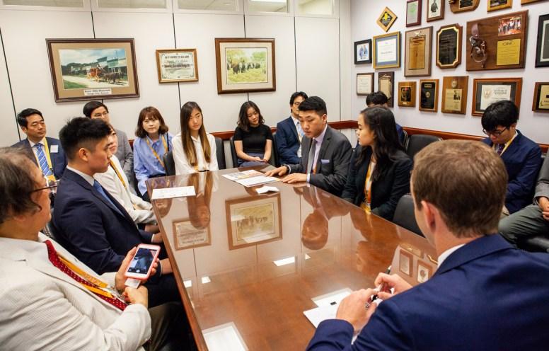 17일 워싱턴 DC에서 팻 롸버츠 상원의원(캔사스) 사무실을 방문한 KAGC 학생들이 쟌 스타우트 군사입법전문 보좌관과 대화하고 있다