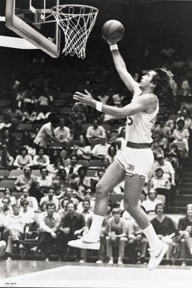 Rudy Tomjanovich entrando al aro