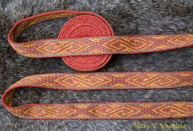 Motif d'après Birka (original broché) réalisé en Sulawesi avec 22 tablettes laine merinos teintée gaude, garance et ronces+fer